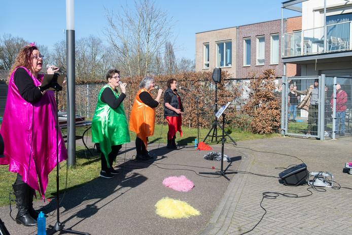 Zanggroep Trekdrop en De Zuurtjes uit Etten-Leur geeft een troostconcert voor verstandelijk gehandicapten in Rijsbergen.