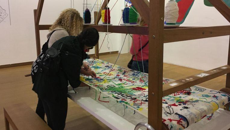 In het Stedelijk Museum konden bezoekers zelf kunst maken met borduren. Beeld Eva Hofman