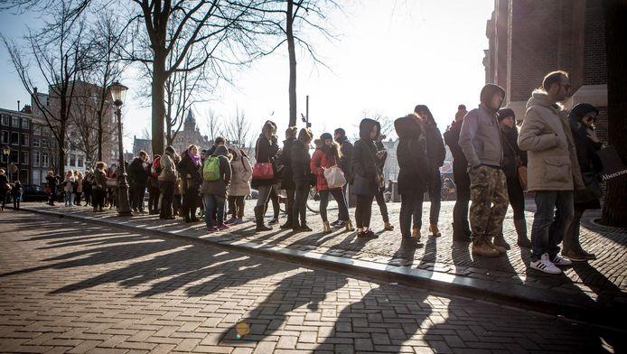 De rij voor het Anne Frank Huis op een slechte dag: helemaal op de Westerkerk.