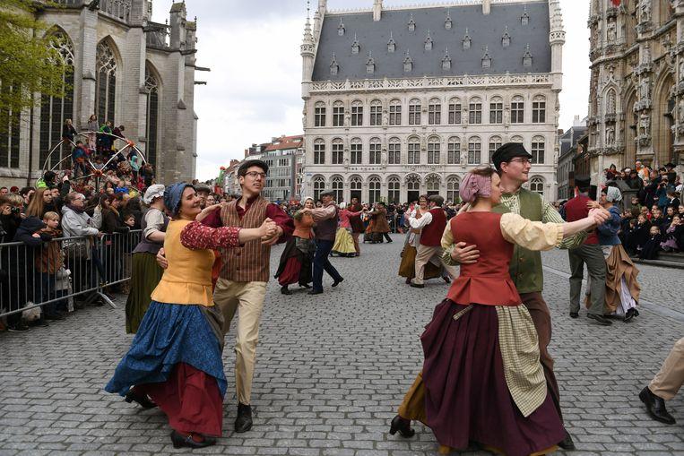 De Leuvense groep 't Havermeuleke aan het werk op de Grote Markt in Leuven.
