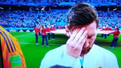 Alsof hij de druk van de hele wereld op zijn schouders torst: Messi ziet er wel heel slecht uit tijdens Argentijns volkslied