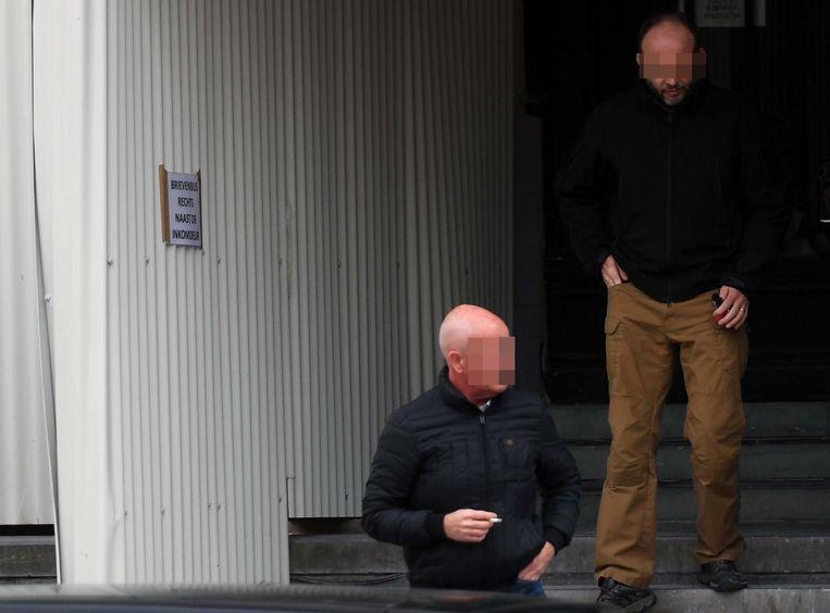 Twee van de beklaagden bij het verlaten van de Leuvense rechtbank