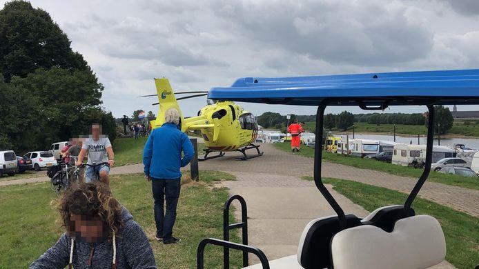 De traumahelikopter bij Doesburg trok veel bekijks.
