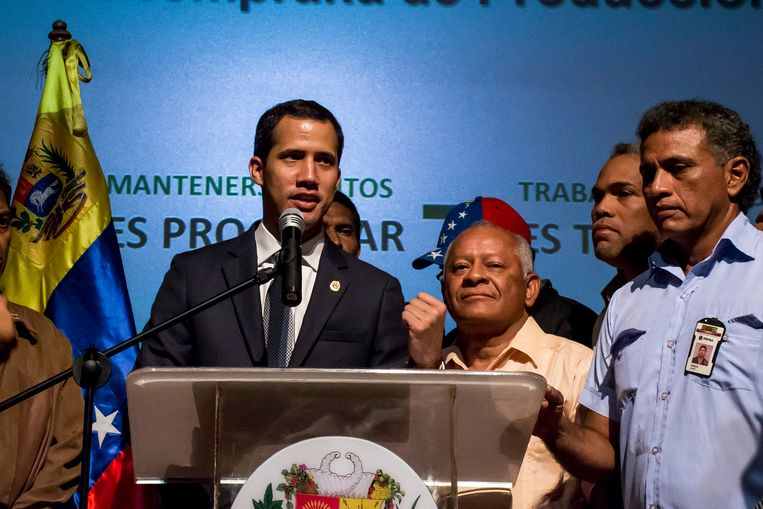 De Venezolaanse oppositieleider Juan Guaidó (links) tijdens een toespraak vrijdag voor werknemers van de staatsoliemaatschappij PDVSA. Beeld Getty Images