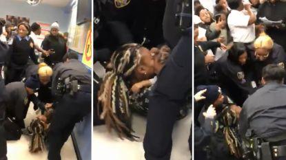 VIDEO. Amerikaanse politie werkt zwarte vrouw tegen de grond en probeert zoontje (1) weg te rukken
