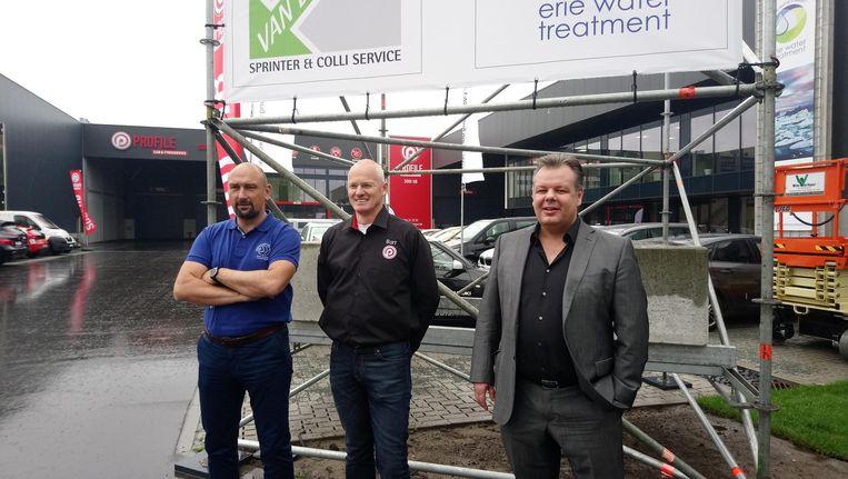 Nick Govaert van Erie Watertreatment, Bart Verreydt van Banden Sooi en Kurt Van der Velde van Van der Velde transport bij het nieuwe bedrijvencomplex.