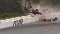 IndyCar opgeschrikt door schokkende crash, piloot in allerijl afgevoerd
