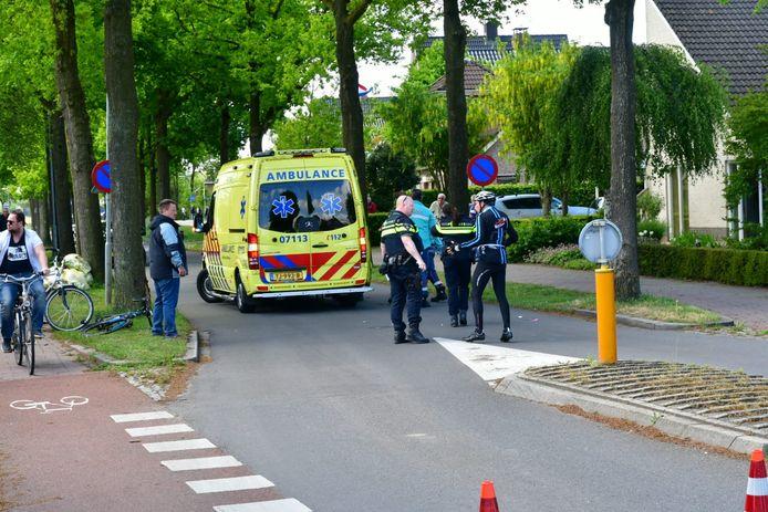Een wielrenner is ernstig gewond geraakt bij een botsing met een andere wielrenner in Duiven.