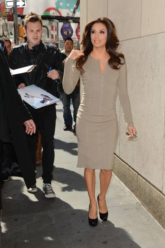Eva Longoria in een jurk van Victoria Beckham, zowel deftig als zakelijk.