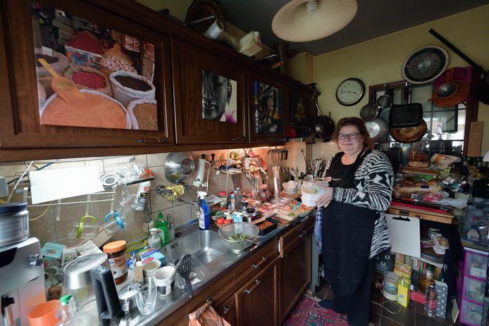 Astrid van buuren kookt voor de minder bedeelden. Door het succes is haar keuken te klein geworden en zoekt ze een grotere ruimte voor haar stichting Astrid Helpt.