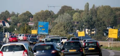 Al het verkeer perst zich over de brug, extra drukte bij Kesteren en Rhenen