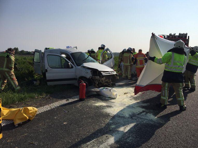 De hulpdiensten doen er alles aan om het leven van de man te redden nadat hij uit zijn wagen werd gehaald.