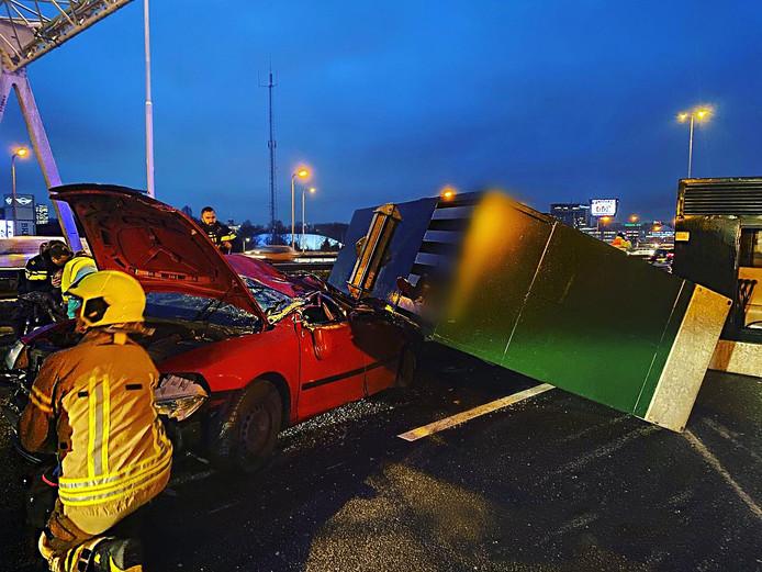 Het aggregaat viel pal de linkerachterkant van de auto van Dick en zijn vrouw.