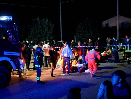 Hulpverleners bezig met de slachtoffers buiten de discotheek in Corinaldo.