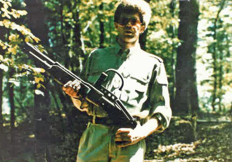 De man draagt een Franchi type Spas 12, kaliber 12. Zo'n wapen is nooit gebruikt bij de aanslagen door de Bende van Nijvel. Beeld Federale politie