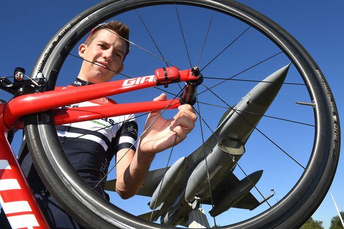 Jody Jochems verruilt de fiets voor het vliegtuig.