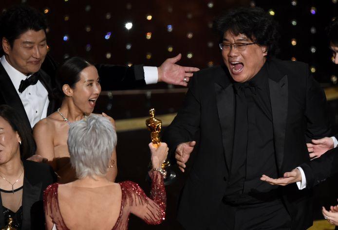 Zuid-Koreaanse regisseur Bong Joon-ho (rechts) schreeuwt het uit van vreugde als hij de Oscar voor beste film krijgt overhandigd van Jane Fonda. Bong won maar liefst vier Oscars met zijn film Parasite.