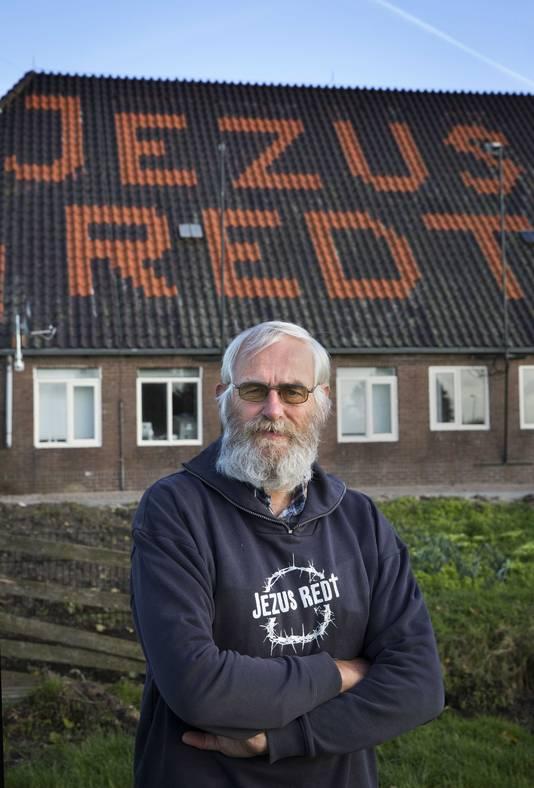 Joop van Ooijen voor zijn huis in Giessenburg.