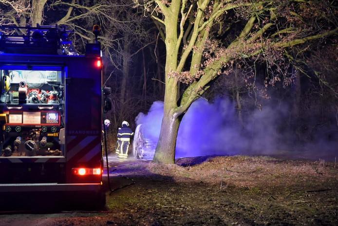 De brandende auto in Berkel-Enschot waarin een lichaam werd gevonden.