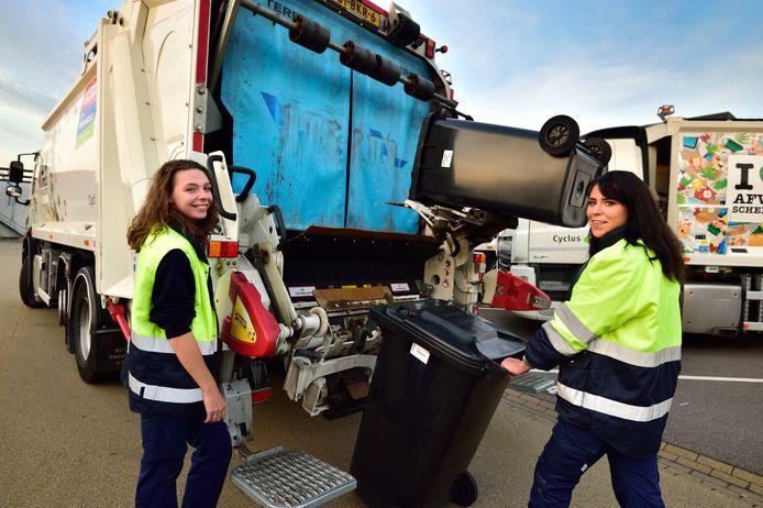 """De stiefzussen Joy Vuurens (rechts) en Naomi Bolle werken allebei op de vuilniswagen bij Cyclus. ,,Het is ontzettend leuk."""""""