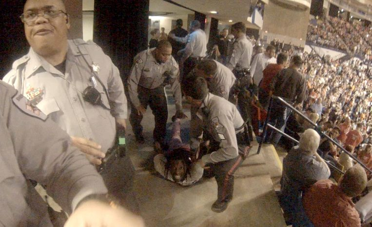 Rakeem Jones wordt door agenten op de grond geduwd. Beeld null