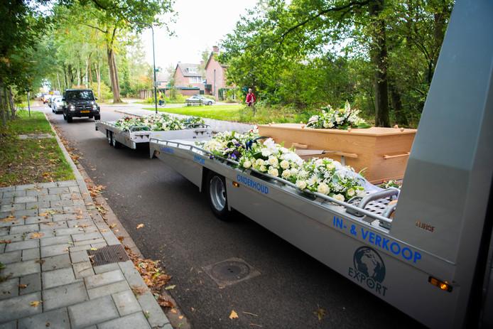 De overleden Yilmaz Jansen, een gerespecteerd werknemer van Garage Sonneveld in Lieren, wordt op de wagen waarmee hij als chauffeur altijd auto's vervoerde, naar het crematorium gebracht.