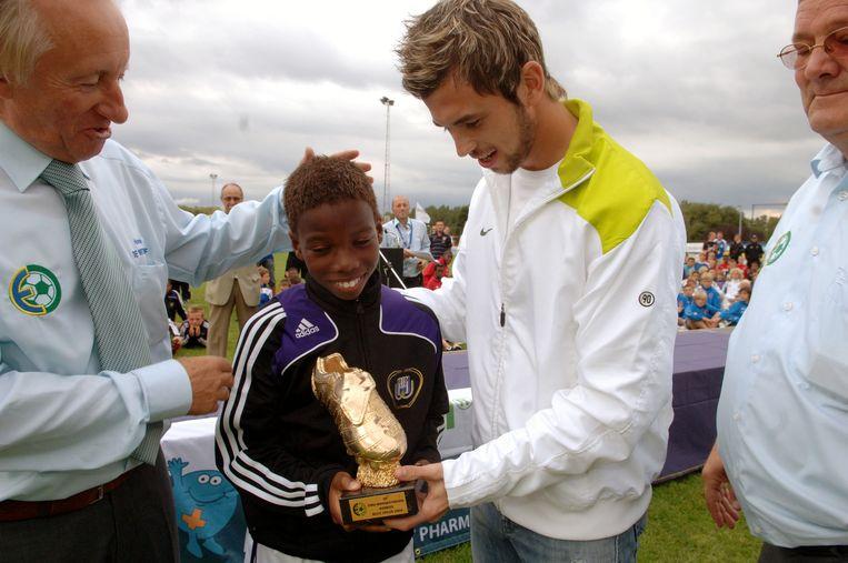 Charliy Musonda Junior kreeg de trofee van beste speler uit handen van Steven Defour tijdens de finale Europees Miniementornooi in Bierbeek tussen Anderlecht en Barcelona.