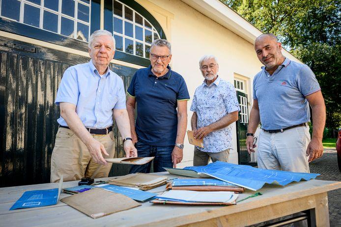 Bijna vijftig jaar geleden vond Chris Kruizinga een uniek dossier. De documenten zijn nu bij het archief van de Stichting Edwina van Heek bij Huis Zonnebeek. Vlnr: John Nijhuis, Chris Kruizinga, Willem Fhij en Olaf Visscher.