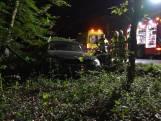 Automobilist mist bocht en knalt met auto op lantaarnpaal