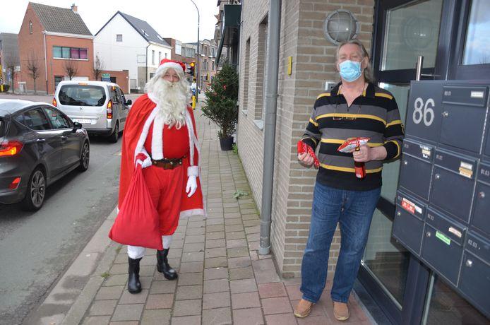 Verkleed als kerstman verrast cafébaas Gunther van De Wachtzaal zijn stamgast Dré met enkele kerstcadeautjes: een lokaal biertje, een pakje chips en een paar sokken.