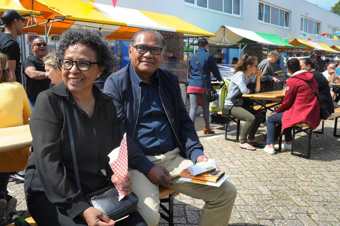 Trees en Sjaak de Queljoe, net 35 jaar getrouwd, genieten van het sfeertje.