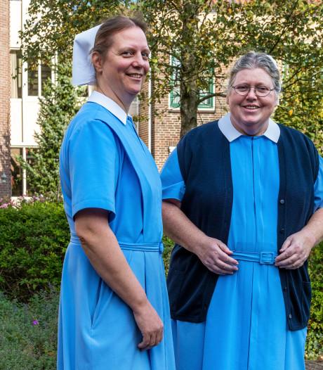 De zeven zusters diaconessen dalen Amerongse Berg af naar nieuw onderkomen