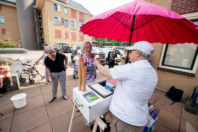 Nijverdalse Noabers delen ijsjes uit aan bewoners van zorgcentra.