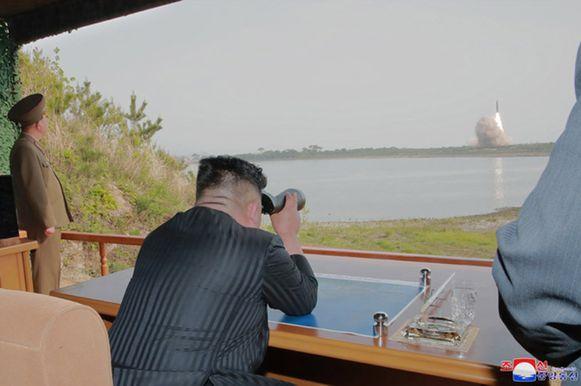 Archiefbeeld. De Noord-Koreaanse dictator Kim Jong-un overziet een raketlancering.