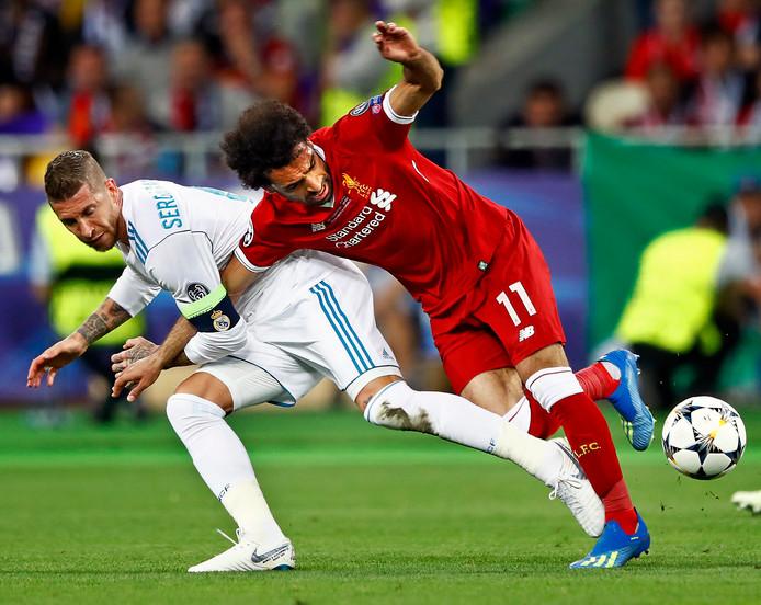 Sergio Ramos trekt Mohamed Salah bij deze actie naar de grond. De Egyptenaar verlaat even later huilend het veld.