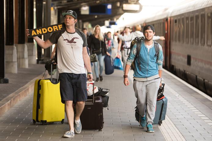 Sziget-gangers komen aan op station Amersfoort.