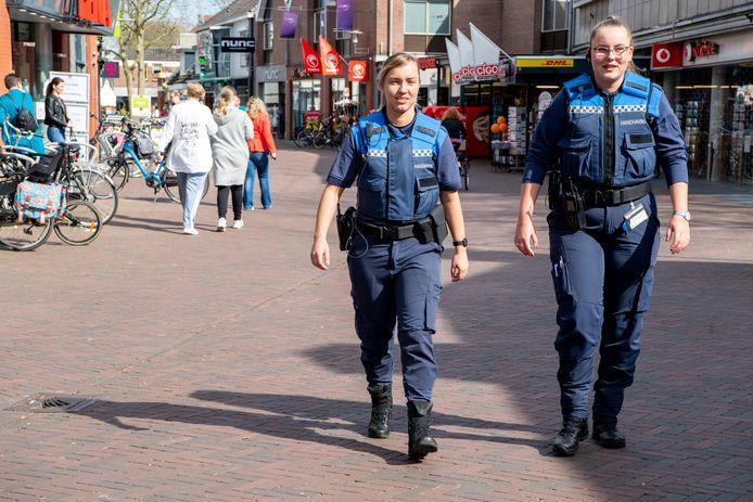 Boa's houden al sinds medio maart toezicht op de naleving van de coronaregels in het Vechtdal. Hier lopen Glenda Schonewille (links) en Elisa de Lange door de Voorstraat in Hardenberg.