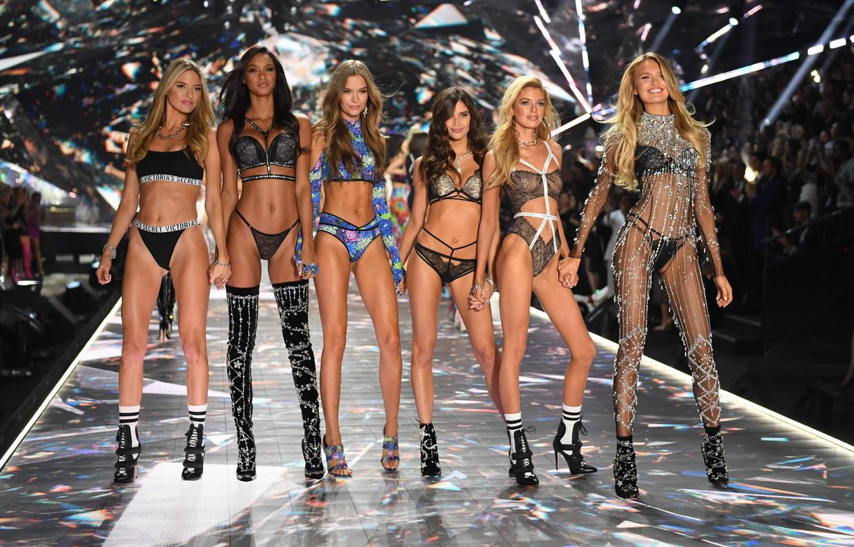 'Angels' Martha Hunt, Lais Ribeiro, Josephine Skriver, Sara Sampaio, Stella Maxwell en Romee Strijd tijdens de Victoria's Secret Fashion Show in New York vorig jaar.