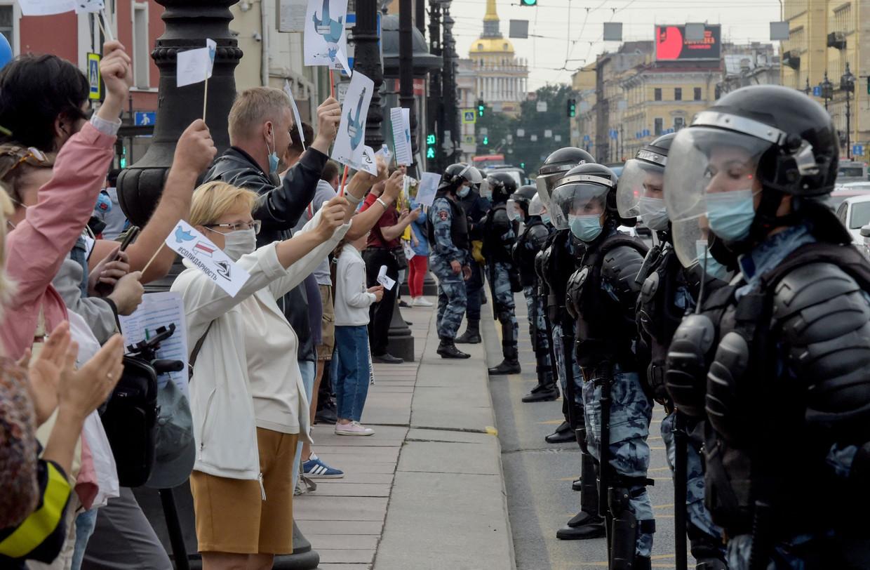 Inwoners van Sint Petersburg, in Rusland, betuigen steun aan de demonstranten in Belarus. Beeld AFP