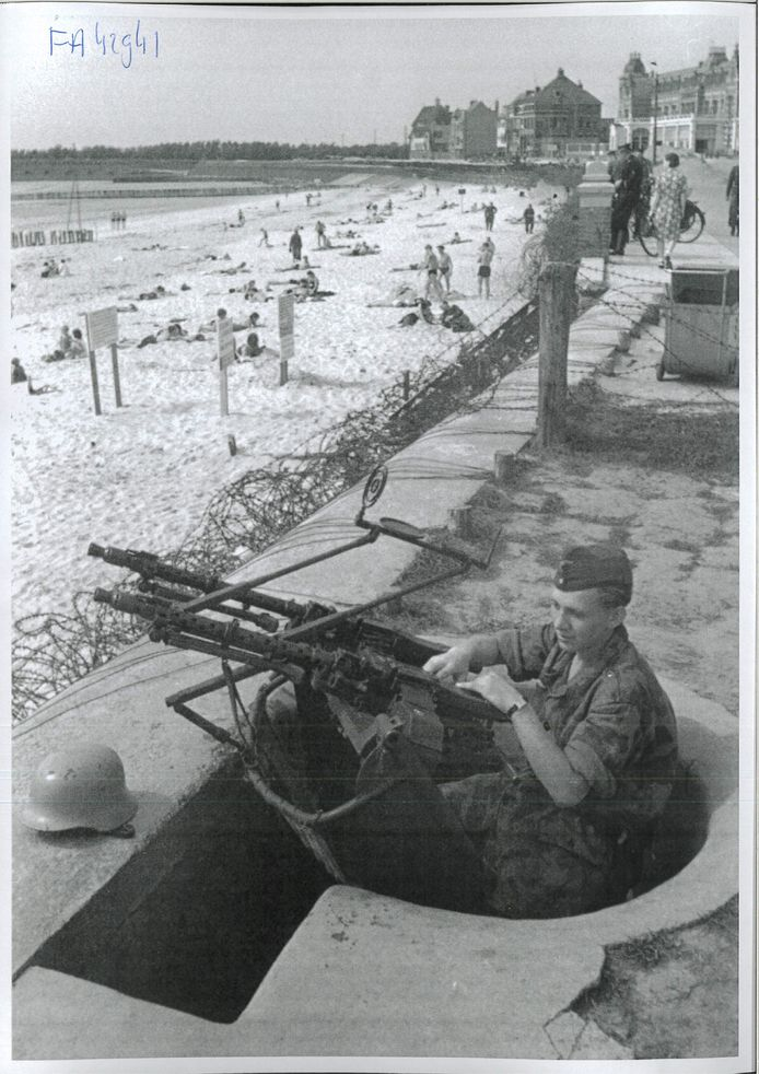 Vlissingen, zomer 1941-1942: Strandpret op Boulevard Evertsen. Tot de zomer van 1942 kon men nog gewoon naar het strand voor zon, zee en zilte lucht. Gedurende de rest van de oorlog is de zee in Zeeland verboden terrein. fotograaf onbekend / Gemeente Archief Vlissingen