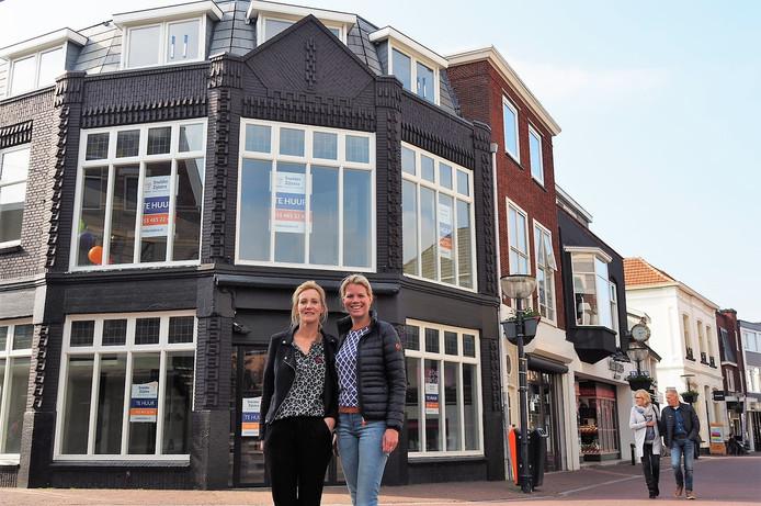 Voorzitter Ilse Kruiders-Hazewinkel en Janneke Hoogwijk van Ladies' Circle Oldenzaal voor het pand aan de Deurningerstraat waar op 24 en 25 mei vintage kleding wordt verkocht in een pop-up store.