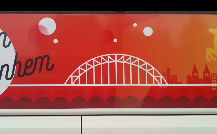 De brug op de touringcar waarmee de Arnhemse delegatie het bidboek voor het Eurovisie Songfestival naar Hilversum bracht.
