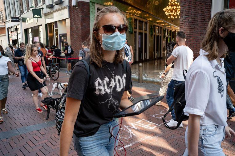 Sanne (16) draagt een bandshirt van AC/DC. Beeld Maarten van der Kamp