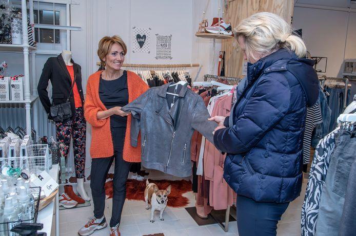 Shoppen in je eentje, het kan bij B-Stylicious in Beek. Helma Janssen (links) laat een klant een jasje zien.