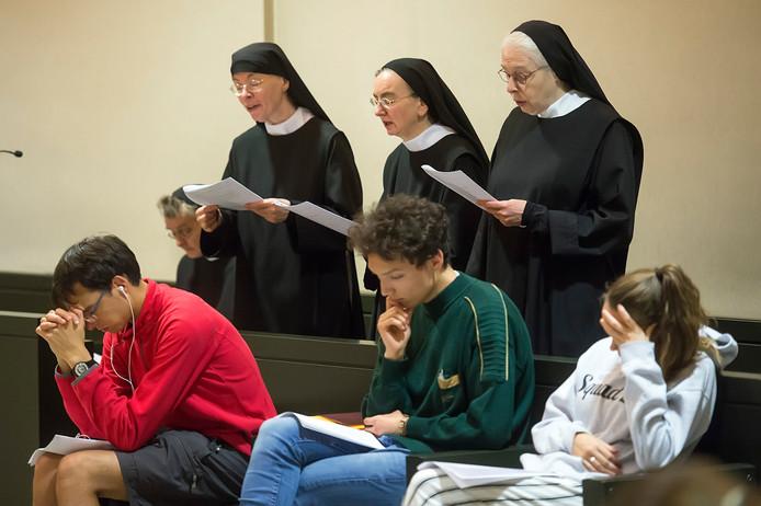 Aan het eind van de kloosternacht repeteren deelnemers en de zusters Benedictinessen gezamenlijk de gezangen voor de daaropvolgende viering.