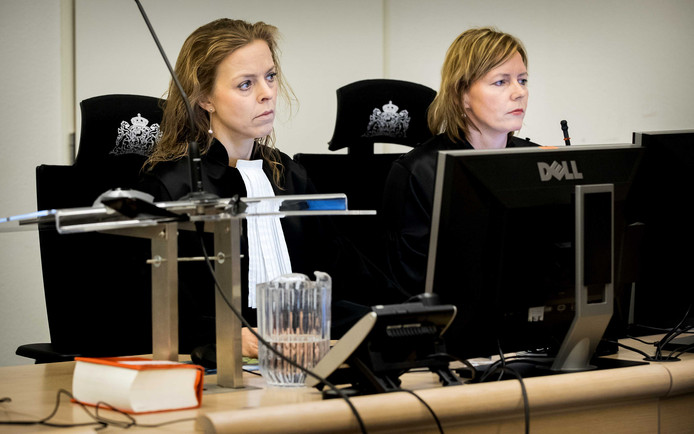 Officier Greetje Bos (links) begin 2018 bij een tussentijdse zitting in het proces tegen Klaas Otto. De zitting door bedreigingen tegen haar plaats in de extra beveiligde zittingszaal in de rechtbank van Rotterdam.