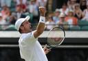 Roberto Bautista Agut viert zijn overwinning op Guido Pella, in de kwartfinale van Wimbledon dit jaar.
