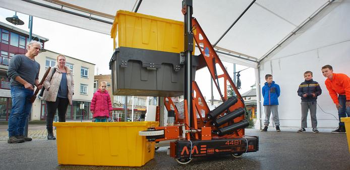 Eind vorig jaar stonden leerlingen van het Zwijsen College op de Markt in Veghel om geld in te zamelen voor hun deelname aan de robotwedstrijden.