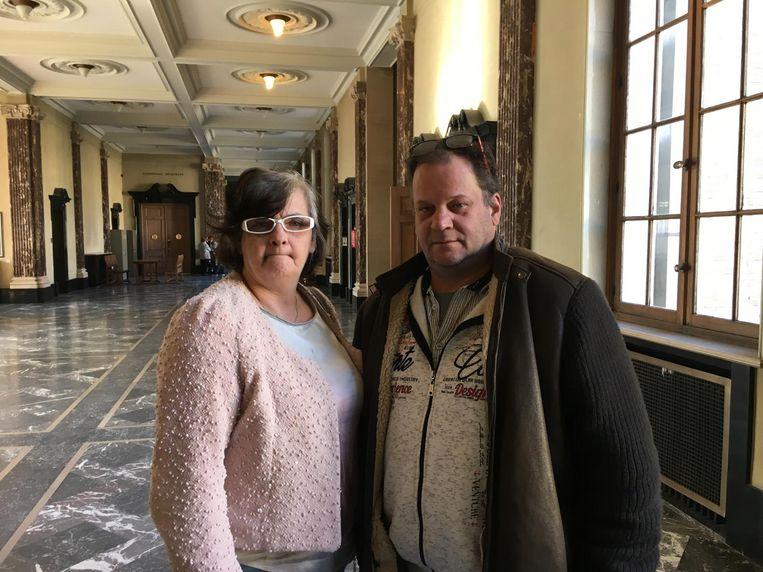 Café-uitbaters Jurgen Grymonprez en Heidi Tuyte zakten naar het gerechtsgebouw af om het proces te volgen na een mislukte overval op hun café in Roeselare.