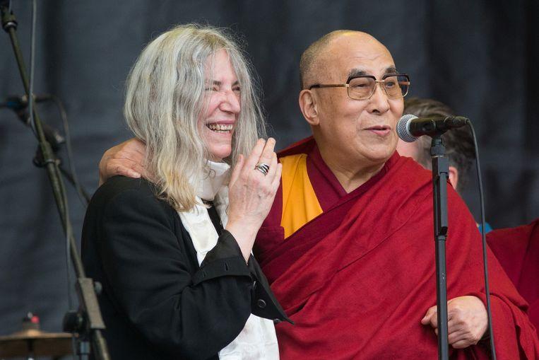Dalai Lama naast de Amerikaanse zangeres Patti Smith op Glastonbury.